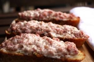 Crostini salsiccia e crescenza