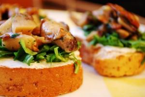 Bruschette funghi e prosciutto