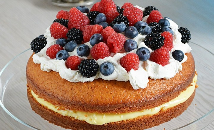 Torta soffice con crema pasticcera e frutti di bosco