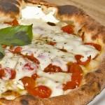 Pizza con pomodori a fette